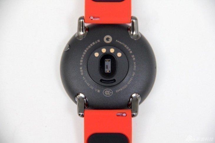 С задней стороны Huami Amazfit Smartwatch имеют лазерный сенсор